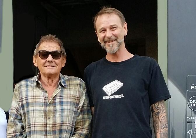 Peter Cebul und Wolfgang Ambros vor dem Eingang des t-on